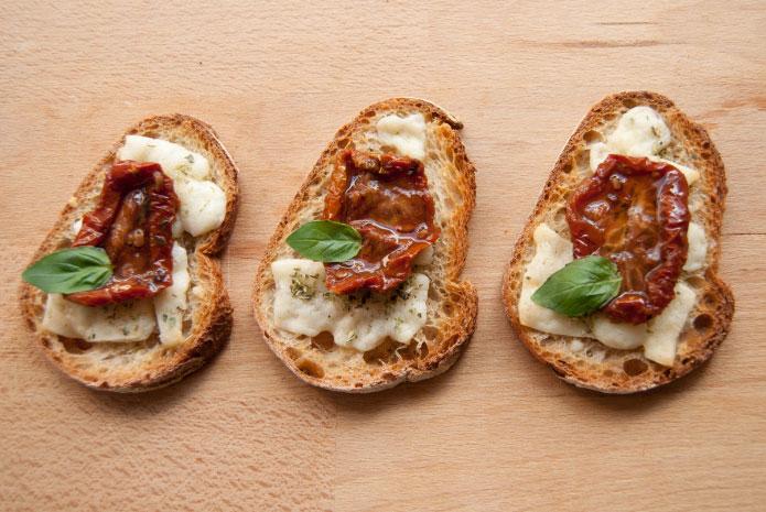 Recette italienne bruschetta pecorino et tomate séchée