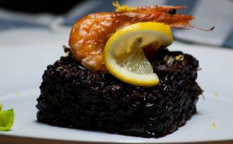 Riz venere poireaux et crevettes